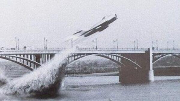 Кадр из фильма о пролете под Коммунальным мостом реактивного самолета