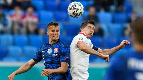 Защитник сборной Словакии Любомир Шатка и нападающий сборной Польши Роберт Левандовски