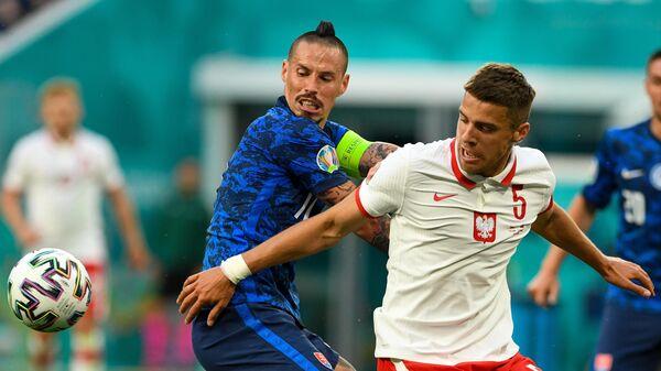 Нападающий сборной Словакии Марек Гамшик (справа) и защитник сборной Польши Ян Беднарек