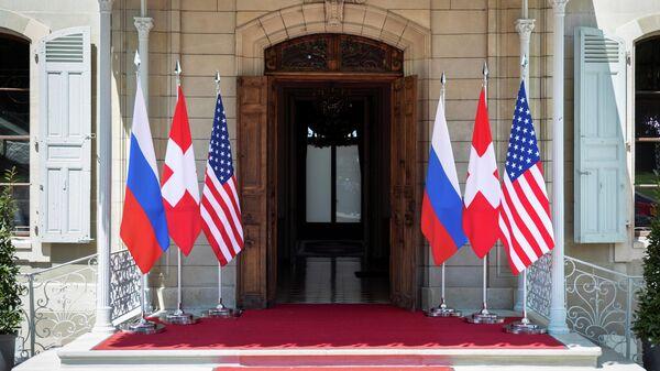 Флаги России, США и Швейцарии перед входом на виллу Ла Гранж в Женеве, Швейцария