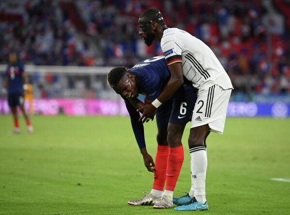 Защитник сборной Германии Антонио Рюдигер (справа) и полузащитник сборной Франции Поль Погба