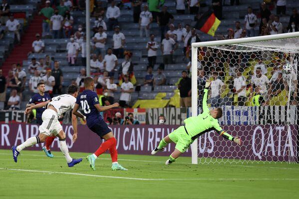Защитник сборной Германии Матс Хуммельс (второй слева) забивает гол в ворота своей команды