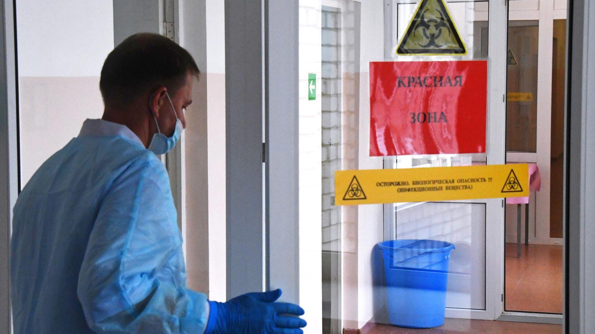 Медицинский работник во время подготовки к открытию госпиталя для пациентов с коронавирусной инфекцией  - РИА Новости, 1920, 18.06.2021