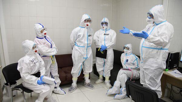 Медицинские работники в резервном госпитале для лечения больных коронавирусом в автомобильном торговом центре (АТЦ) Москва