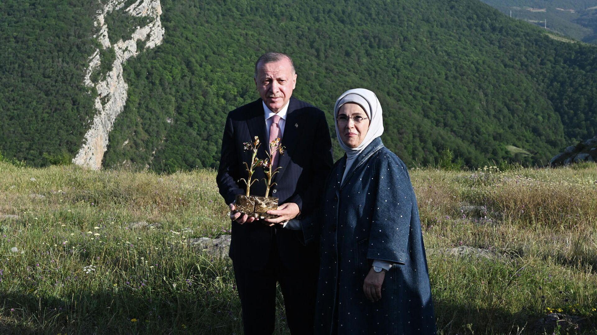 Президент Турции Реджеп Тайип Эрдоган и первая леди Эмине Эрдоган в Шуше - РИА Новости, 1920, 16.06.2021