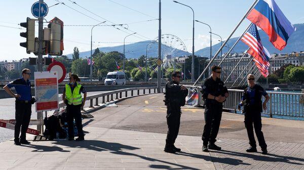 Сотрудники полиции перекрыли дорогу на улице в Женеве во время саммита президента России Владимира Путина и президента США Джо Байдена