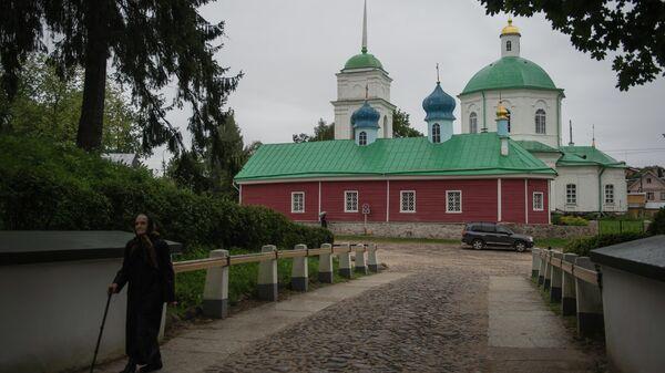 Горожанка у Свято-Успенского Псково-Печерского монастыря в городе Печоры Псковской области