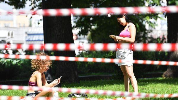 Девушки в Парке Горького в Москве