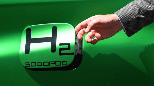 Лючок топливного бака автомобиля во время презентации водородного топлива на территории института комплексной безопасности в строительстве в Мытищах