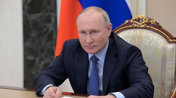 Президент РФ Владимир Путин проводит встречу в режиме видеоконференции с выпускниками IV потока программы развития кадрового управленческого резерва Высшей школы государственного управления