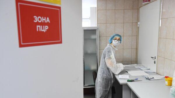 Медицинский работник в ПЦР зоне в больнице