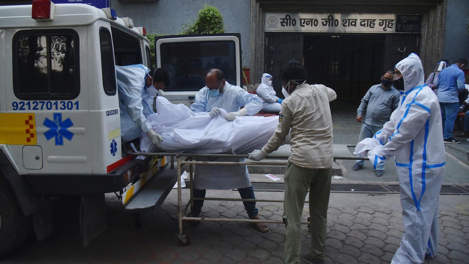 Медицинские работники транспортируют мертвое тело в Дели - РИА Новости, 1920, 24.06.2021