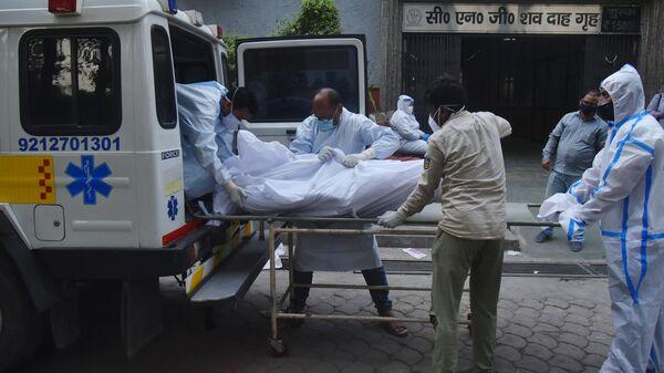 Медицинские работники транспортируют мертвое тело в Дели