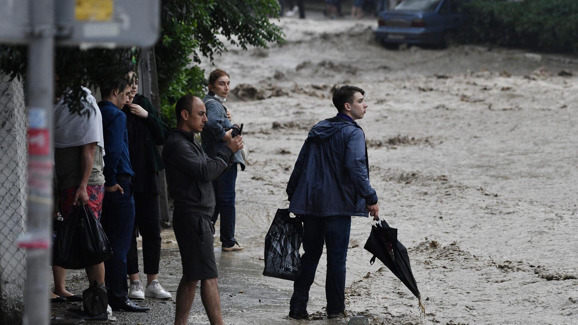 Люди на затопленной улице в Ялте - РИА Новости, 1920, 21.06.2021