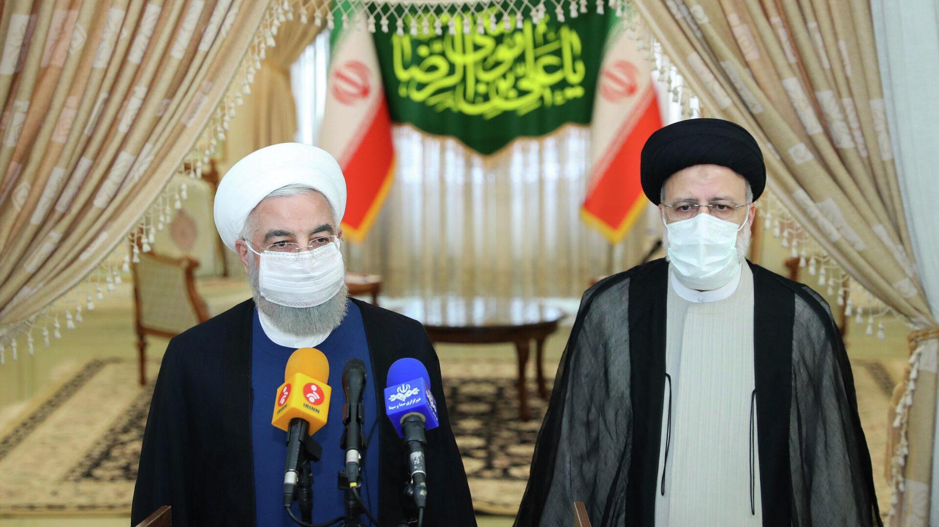 Президент Ирана Хасан Рухани и победитель президентских выборов Эбрагим Раиси на пресс-конференции после объявления результатов выборов - РИА Новости, 1920, 19.06.2021