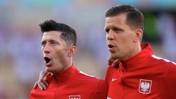 Футболисты сборной Польши Роберт Левандовски (слева) и Войцех Щенсны