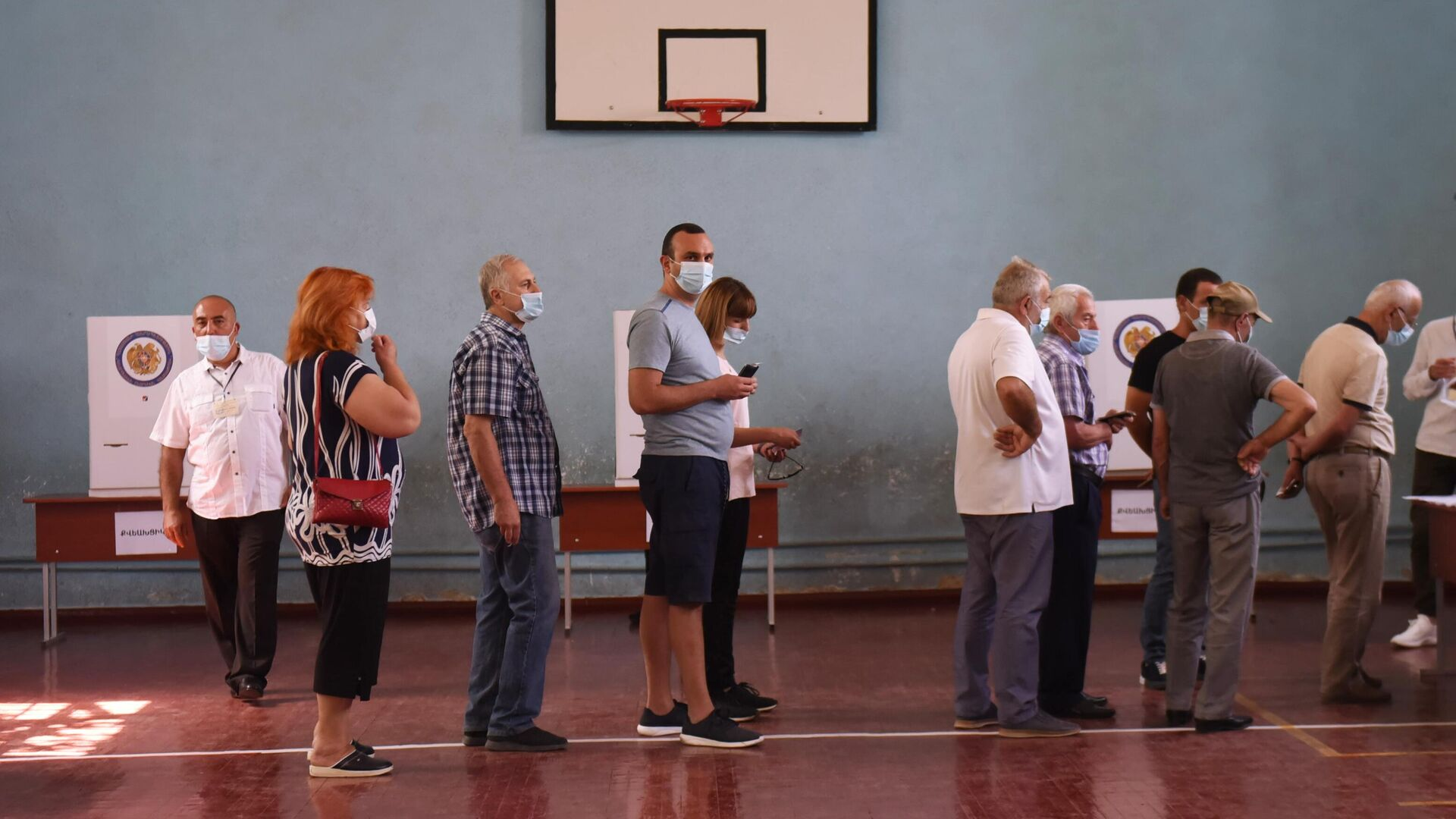 Люди в одном из избирательных участков во время досрочных парламентских выборов в Армении - РИА Новости, 1920, 21.06.2021