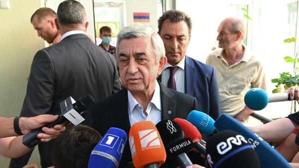 Экс-президент Армении Серж Саргсян общается с журналистами на одном из избирательных участков в Ереване