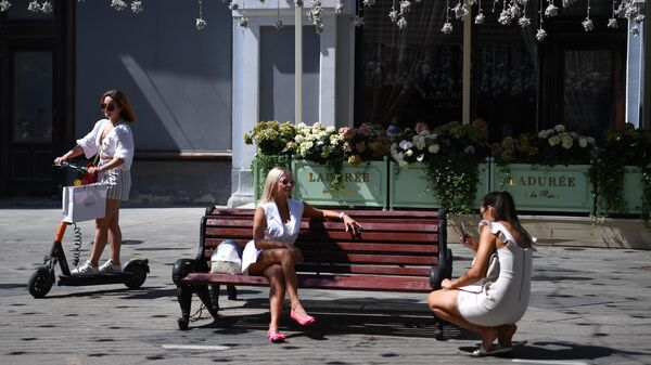 Девушки на Никольской улице в Москве