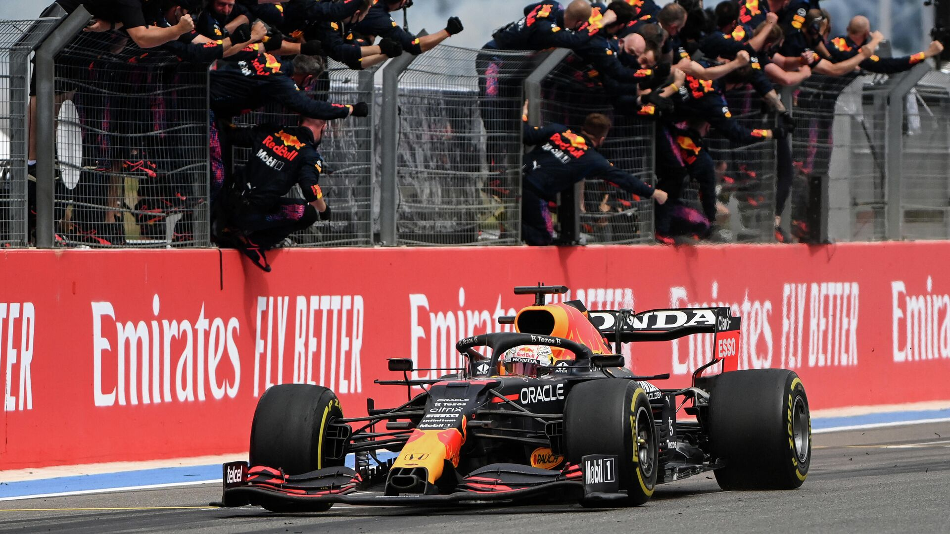 Red Bull's team members celebrate as winner Red Bull's Dutch driver Max Verstappen crosses the finish line during the French Formula One Grand Prix at the Circuit Paul-Ricard in Le Castellet, southern France, on June 20, 2021. (Photo by CHRISTOPHE SIMON / AFP) - РИА Новости, 1920, 20.06.2021