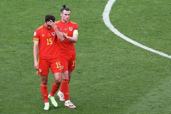 Футболисты сборной Италии Итан Ампаду и Гарет Бейл (справа)