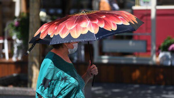 Женщина на одной из улиц в Москве