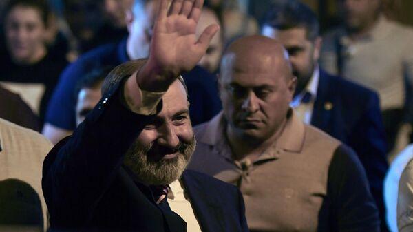 Исполняющий обязанности премьер-министра Никол Пашинян у штаба партии Гражданский договор в Ереване после завершения досрочных выборов в парламент Армении