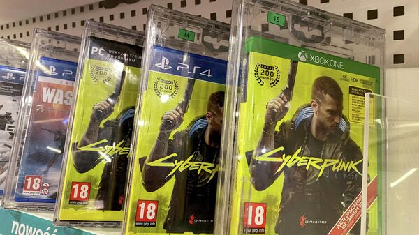 Коробки с игрой Cyberpunk 2077 на полке магазина в Польше