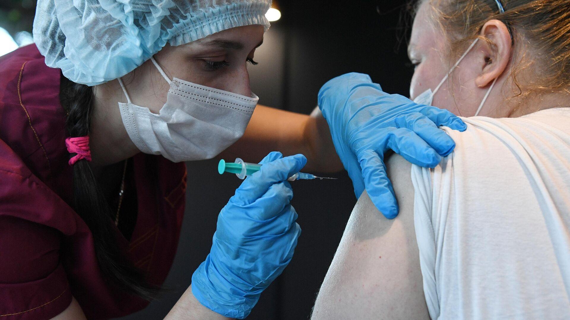Девушка вакцинируется от COVID-19 препаратом Sputnik V (Гам-КОВИД-Вак) в организации Gastro инкубатор в Новосибирске - РИА Новости, 1920, 22.06.2021