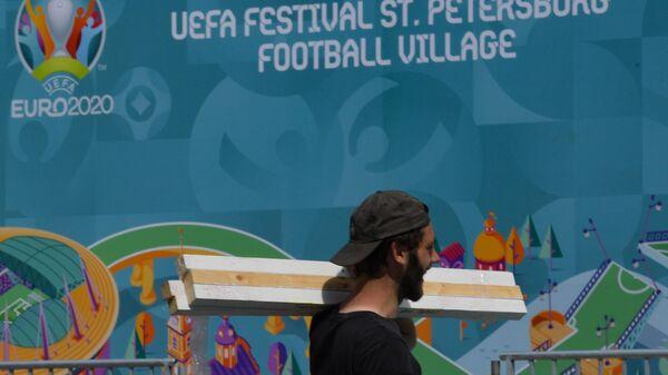 Монтаж футбольной деревни фестиваля UEFA EURO 2020 в Санкт-Петербурге. Футбольный турнир пройдет с 11 июня по 11 июля 2021 года. Впервые в истории чемпионата Европы по футболу матчи будут проходить в 12 городах.