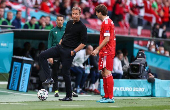 Главный тренер сборной Дании Каспер Юльманн (слева) и защитник сборной России Марио Фернандес