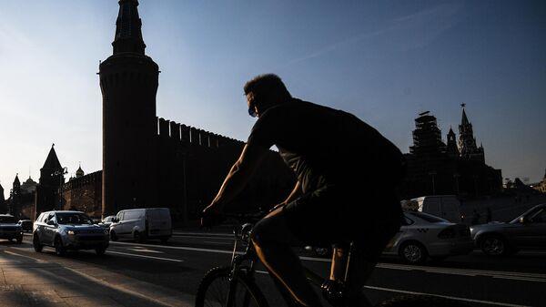Велосипедист на фоне кремля в Москве