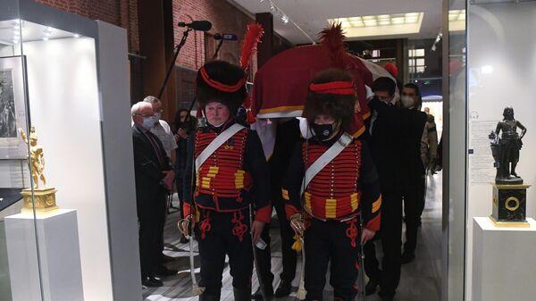 Церемония передачи останков соратника Наполеона генерала Гюдена