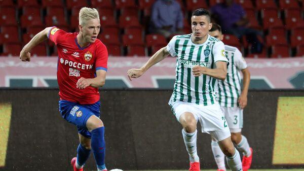 Игрок ЦСКА Хёрдур Магнуссон (слева) и игрок Ахмата Одисе Роши
