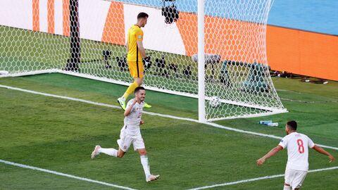 Игроки сборной Испании празднуют забитый мяч в ворота команды Словакии.