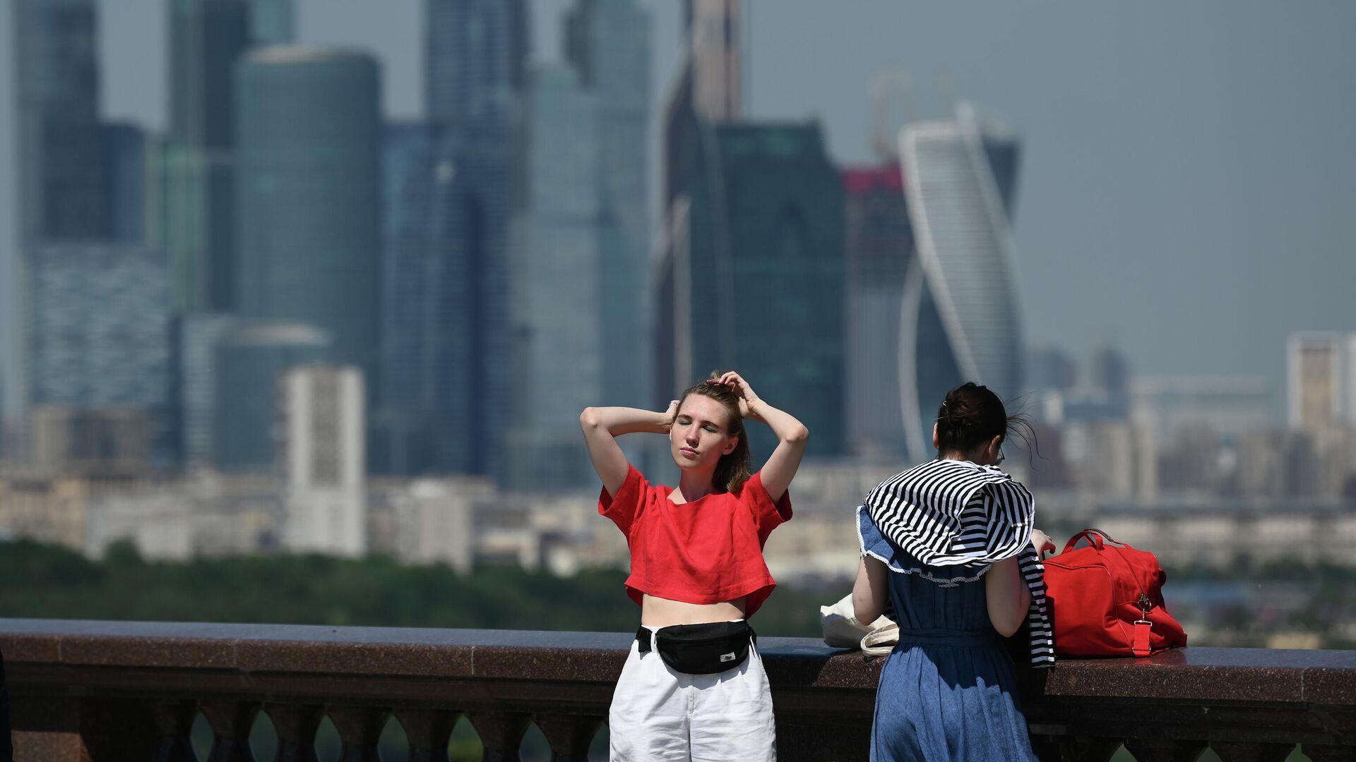 Девушки в жаркую погоду на Воробьёвской набережной - РИА Новости, 1920, 05.08.2021