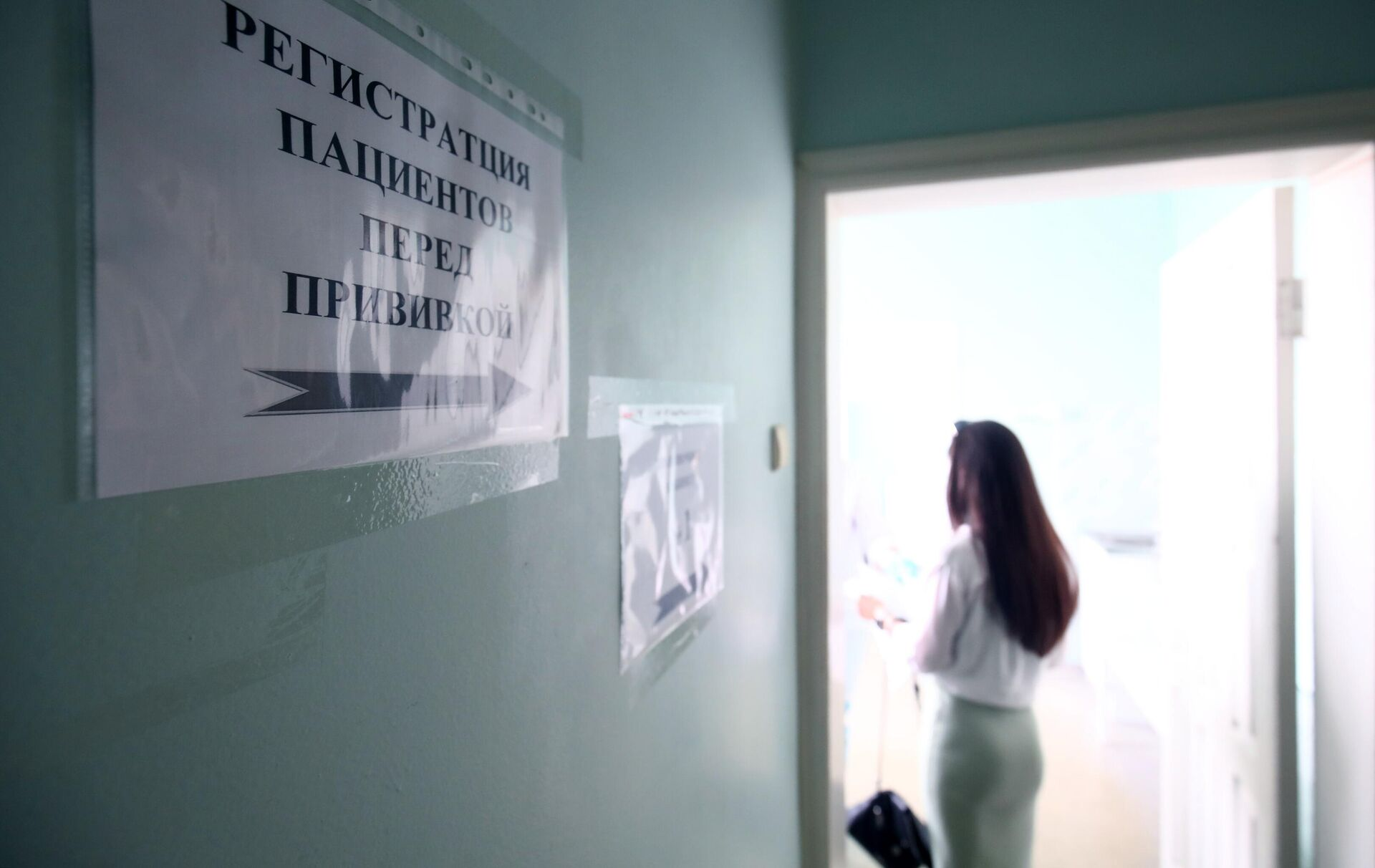 Девушка проходит регистрацию перед вакцинацией против короновирусной инфекции препаратом КовиВак - РИА Новости, 1920, 16.07.2021