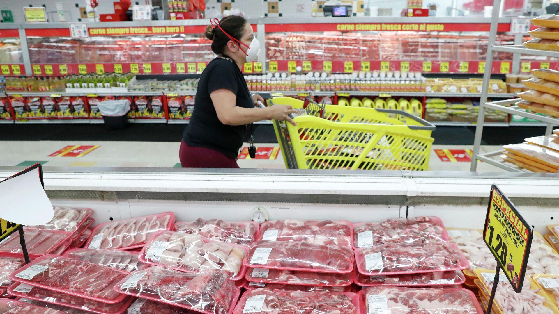 Покупательница в маске проходит через мясные ряды в продуктовом магазине - РИА Новости, 1920, 20.07.2021