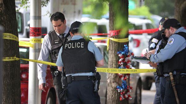 Сотрудники полиции на месте стрельбы в Чикаго