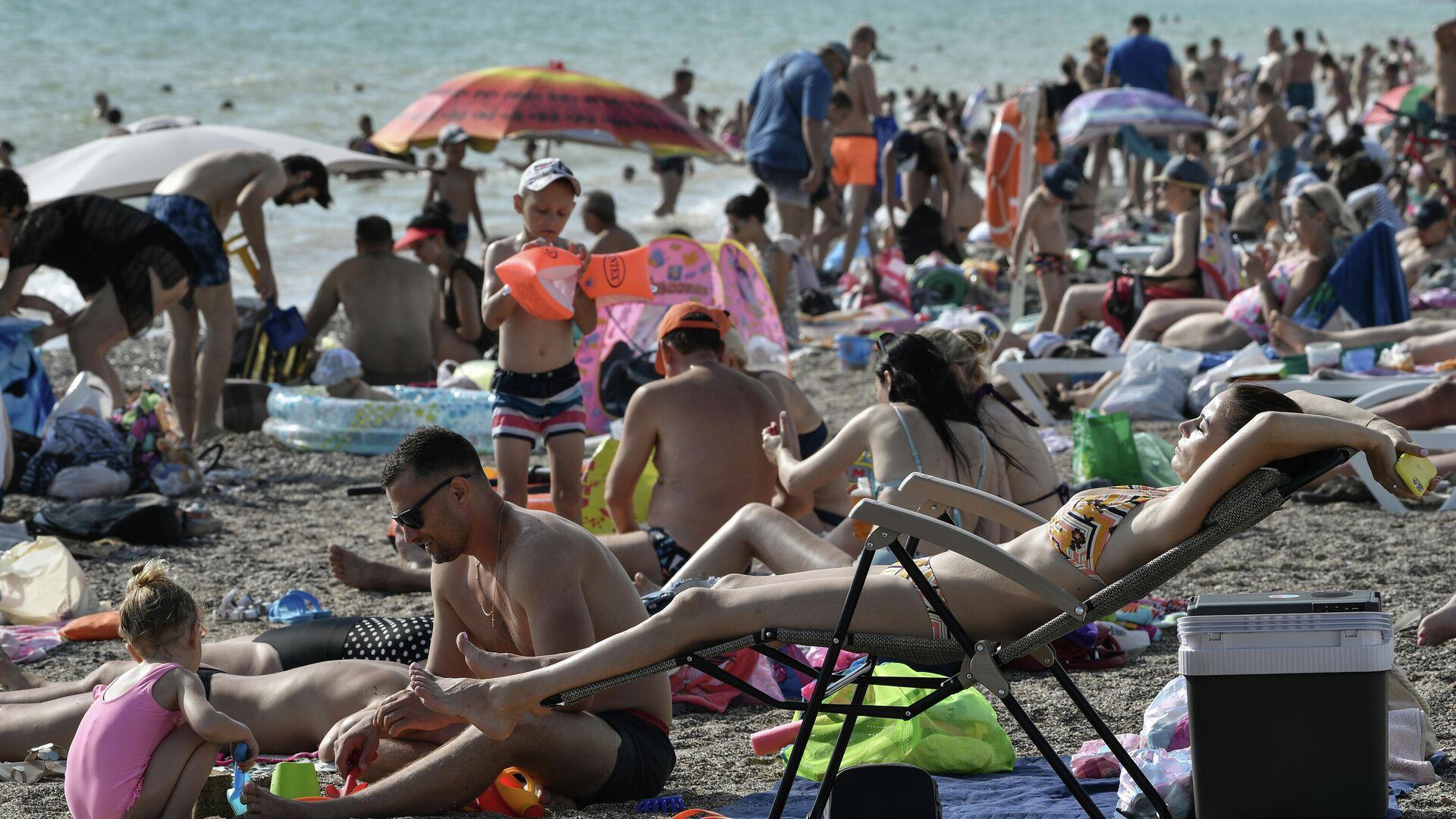 Отдыхающие на пляже в поселке Нефедовка в Крыму - РИА Новости, 1920, 12.07.2021