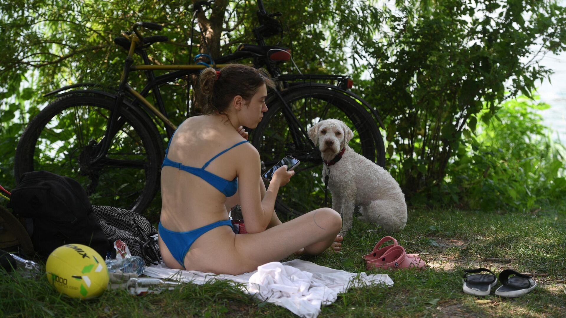 Девушка с собакой у пруда в парке Мещерский в жаркий день - РИА Новости, 1920, 28.06.2021