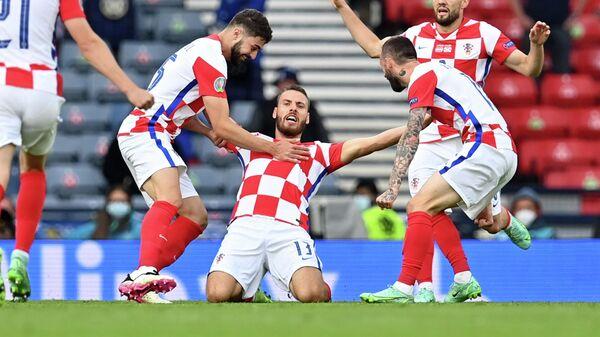 Полузащитник сборной Хорватии Никола Влашич (в центре)