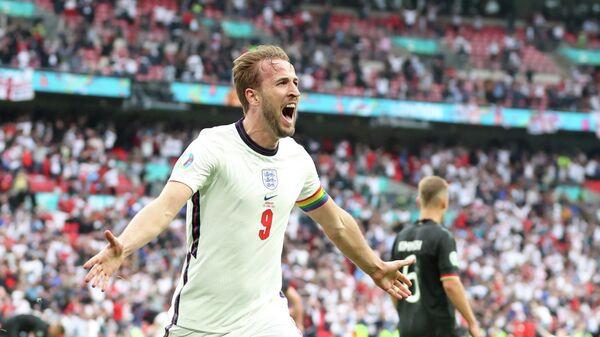 Харри Кейн праздует гол в ворота сборной Германии.