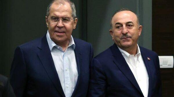 Лавров пошутил во время совместного фото с турецким коллегой