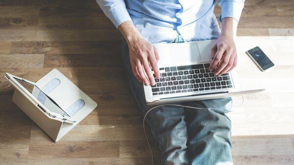 Мужчина во время работы в интернете