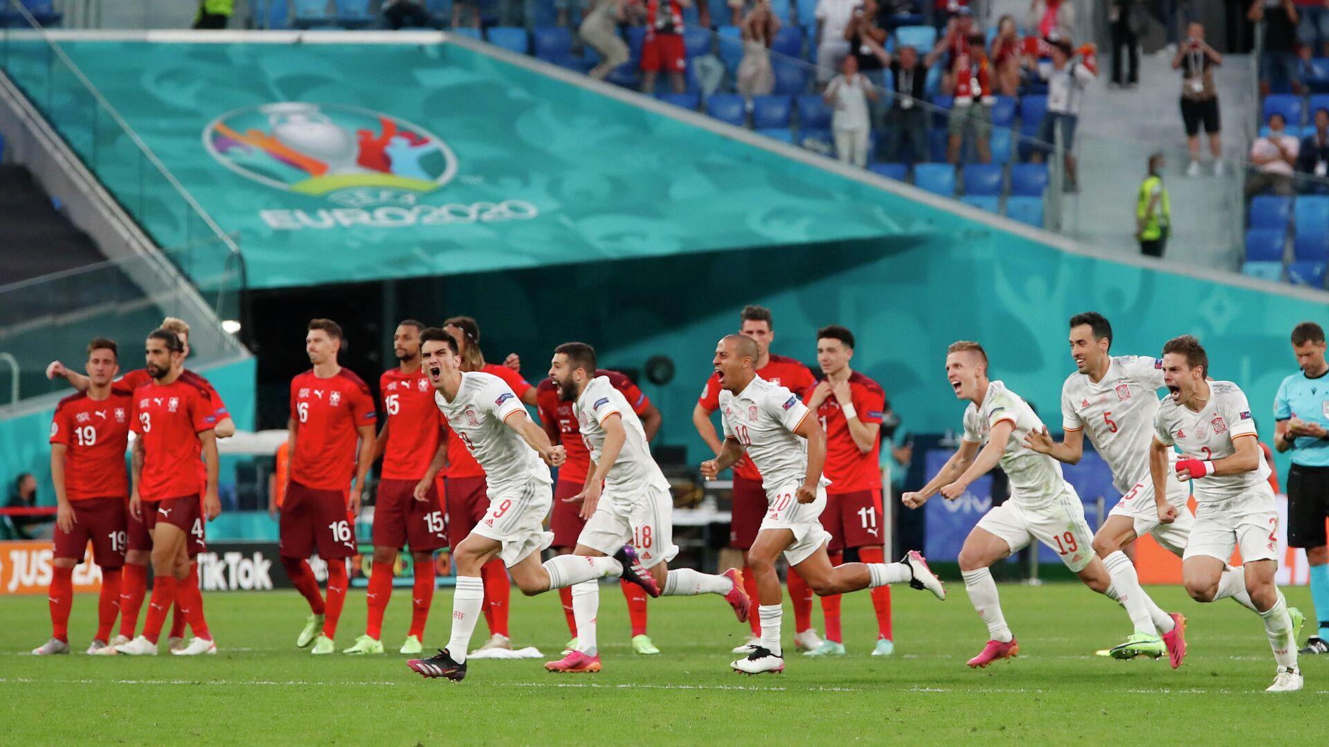 Футболисты сборной Испании радуются победе над швейцарцами - РИА Новости, 1920, 02.07.2021