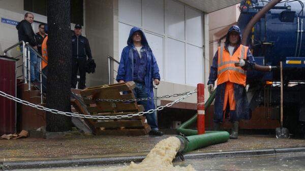 Сотрудники коммунальных служб устраняют последствия подтопления магазина в микрорайоне Кудепста Хостинского района Сочи