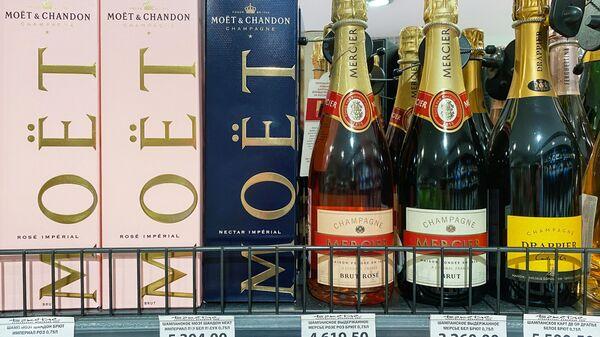 Продукция французской компании-производителя премиальных алкогольных напитков Moet Hennessy на полке в одном из магазинов в Москве