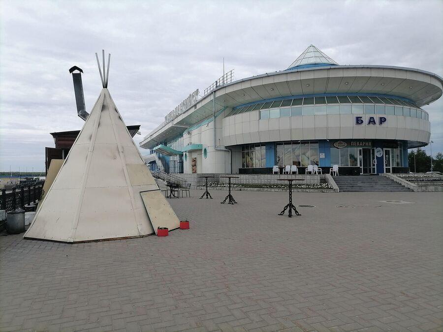 На набережной Ханты-Мансийска