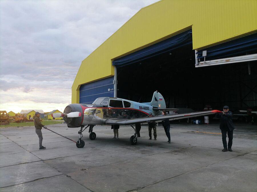Парковка самолета на аэродроме Боровая в Сургуте